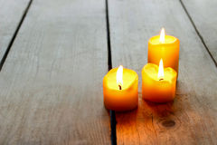 Enkla guld- stearinljus på trätabellen Royaltyfri Fotografi