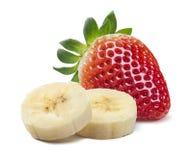 Enkla jordgubbe- och bananstycken på vit bakgrund Arkivfoto