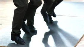 Enkla kvinnliga bärande flåsanden för klappdansare som visar olika moment i studio med det reflekterande golvet stock video