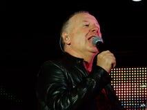 Enkla meningar sätter band direkt i konsert med ledaren och frontmanen Jum Kerr i Genoa Genova, Italien fotografering för bildbyråer