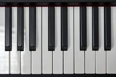 Enkla och rena pianotangenter, en oktav, musikcloseup, utrymme för text på svart bakgrund Royaltyfria Foton