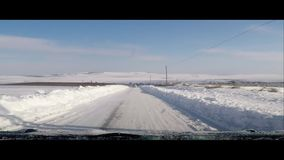 Enkla snöig däckspår - stående stock video
