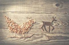 Enkla symboler av den faderChristmas släden som är ordnad från sågspån Royaltyfri Bild