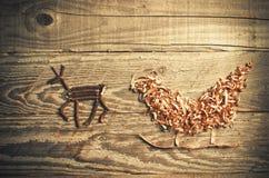 Enkla symboler av den faderChristmas släden som är ordnad från sågspån Royaltyfri Fotografi