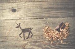 Enkla symboler av den faderChristmas släden som är ordnad från sågspån Arkivfoto