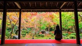 Enkoji寺庙的妇女享用秋天庭院 免版税库存图片