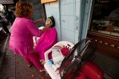 Enlèvement de cheveu dans Chinatown Bangkok. Photos libres de droits