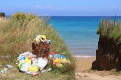Enlèvement des ordures de plage Image libre de droits