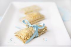 Enlace de los pasteles por una cinta bebé-rosada. imágenes de archivo libres de regalías