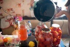 Enlatado de tomates en latas Fotografía de archivo libre de regalías