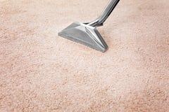 Enlevant la saleté du tapis avec le décapant professionnel à l'intérieur Photo libre de droits