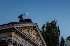 Enlever à l'air comprimé la lune au-dessus du théâtre à Sofia photographie stock libre de droits