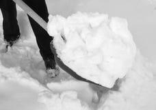 Enlever la neige avec une pelle après des chutes de neige Photographie stock libre de droits