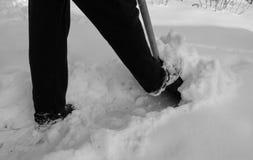Enlever la neige avec une pelle après des chutes de neige Photo libre de droits