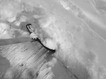 Enlever la neige avec une pelle après des chutes de neige Photos libres de droits