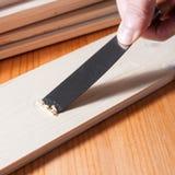 Enlever la peinture d'une surface en bois Photographie stock libre de droits
