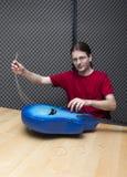 Enlever les vieilles ficelles de guitare Image libre de droits