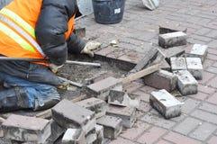 Enlevez et réparez la route de trottoir Pavage et Construc d'entrepreneur photo stock