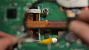 Enlevez le joint de garantie de la carte mère d'ordinateur portable banque de vidéos