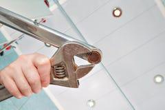 Enlevez le vieil aérateur du robinet avec une clé réglable, fin Images libres de droits