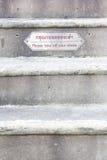 enlevez vos chaussures signent et la langue thaïlandaise avant vont à sur le temple Photographie stock