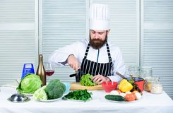 Enligt recept Anv?ndbart f?r viktigt belopp av att laga mat metoder Grundl?ggande laga mat processar Ledar- kock f?r man eller royaltyfria foton
