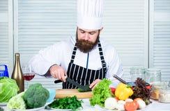 Enligt recept F?rbered ingrediensen f?r att laga mat Anv?ndbart f?r viktigt belopp av att laga mat metoder Grundl?ggande laga mat arkivbild