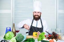 Enligt recept F?rbered ingredienser f?r att laga mat Anv?ndbart f?r viktigt belopp av att laga mat metoder Grundl?ggande laga mat arkivfoton
