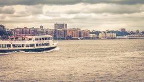 Enlinje sightkryssningskepp reser längs Hudson River till och med Hoboken Arkivfoton
