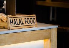 Enmadere la muestra Halal de la comida en un contador del restaurante imagen de archivo