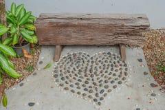 Enmadere la silla con la forma hermosa del corazón hecha de poca roca Imagenes de archivo