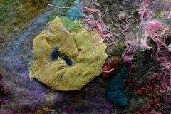 Enmarañado amarillo de seda natural comprimido con color del pelo en tela foto de archivo libre de regalías