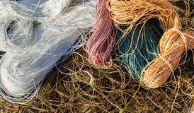 Enmarañamientos del fondo marrón, blanco, rosado, verde y anaranjado en colores pastel de las cuerdas de Raphia del color imágenes de archivo libres de regalías