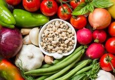 Ennegrezca los guisantes observados en un cuenco y verduras Imágenes de archivo libres de regalías