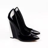 Ennegrezca los zapatos femeninos foto de archivo libre de regalías