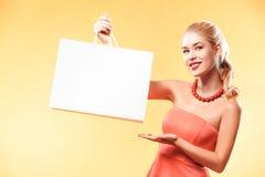 Ennegrezca viernes Compras felices de la mujer joven en día de fiesta Muchacha que muestra en bolso con el espacio de la copia Fotos de archivo libres de regalías