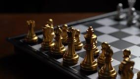 Ennemi en mouvement de défaite de gage d'échecs de main sur l'échiquier banque de vidéos