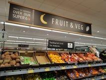 Ennis, Ιρλανδία - 17 Νοεμβρίου 2017: Κατάστημα Aldi στη κομητεία Clare, Ιρλανδία Ennis Επιλογή των διάφορων φρούτων και λαχανικών Στοκ εικόνα με δικαίωμα ελεύθερης χρήσης