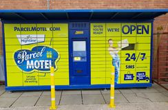 Ennis, Ιρλανδία - 17 Νοεμβρίου 2017: ParcelMotel, ντουλάπι μοτέλ δεμάτων Διαχειριστείτε τις σε απευθείας σύνδεση παραδόσεις αγορώ στοκ εικόνες