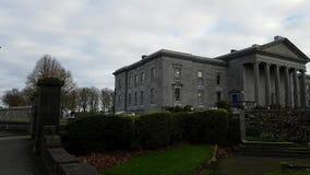 Ennis, Ierland - 17 Nov., 2017: Ennis Court Office, Bureaus & Kaarten en Hof de Dienst van Ierland stock footage