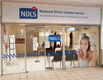 Ennis, Irlanda - 17 de noviembre de 2017: NDLS, conductor nacional Licence Service Fotos de archivo libres de regalías