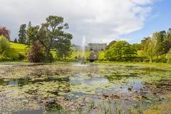 Enniskerry, Ирландия - 5-ое мая: Озеро тритон на Powerscourt Стоковое Изображение
