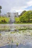 Enniskerry, Ирландия - 5-ое мая: Озеро тритон на Powerscourt Стоковые Фотографии RF