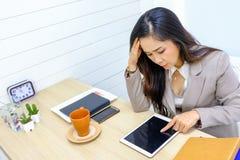 Ennui de femme d'affaires le bureau avec un comprimé photo libre de droits