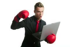 Enojado con el hombre de negocios joven del boxeador del ordenador portátil Fotografía de archivo libre de regalías