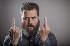 Enoje el gesto del finger, retrato enorme de la barba, Caucasia adulto maduro Imagenes de archivo