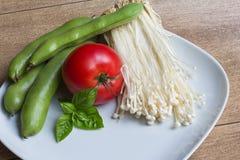 Enokitake蘑菇、edamame beansEdamame、basilico和蕃茄 库存图片