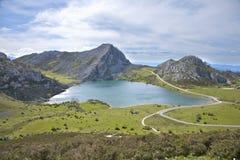 Enol lake i Asturias Arkivbilder