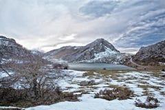 Enol sjö i Picos de Europa royaltyfria foton