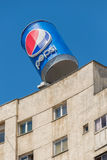 Enorm advertizingcan av den berömda Pepsi drinken i den Bucharest överst nollan Arkivbilder
